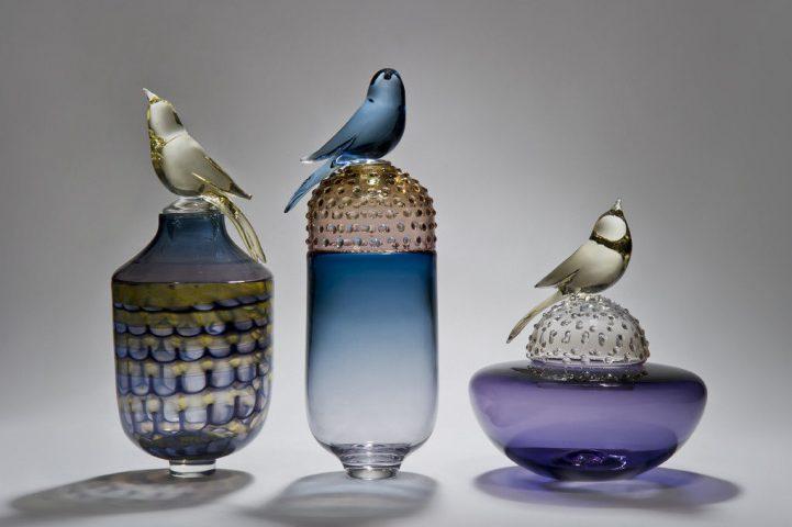 """Boites en verre oiseaux sculptés """"Tout sur les oiseaux III """"artiste Julie Johnson, Gallery Vessel"""