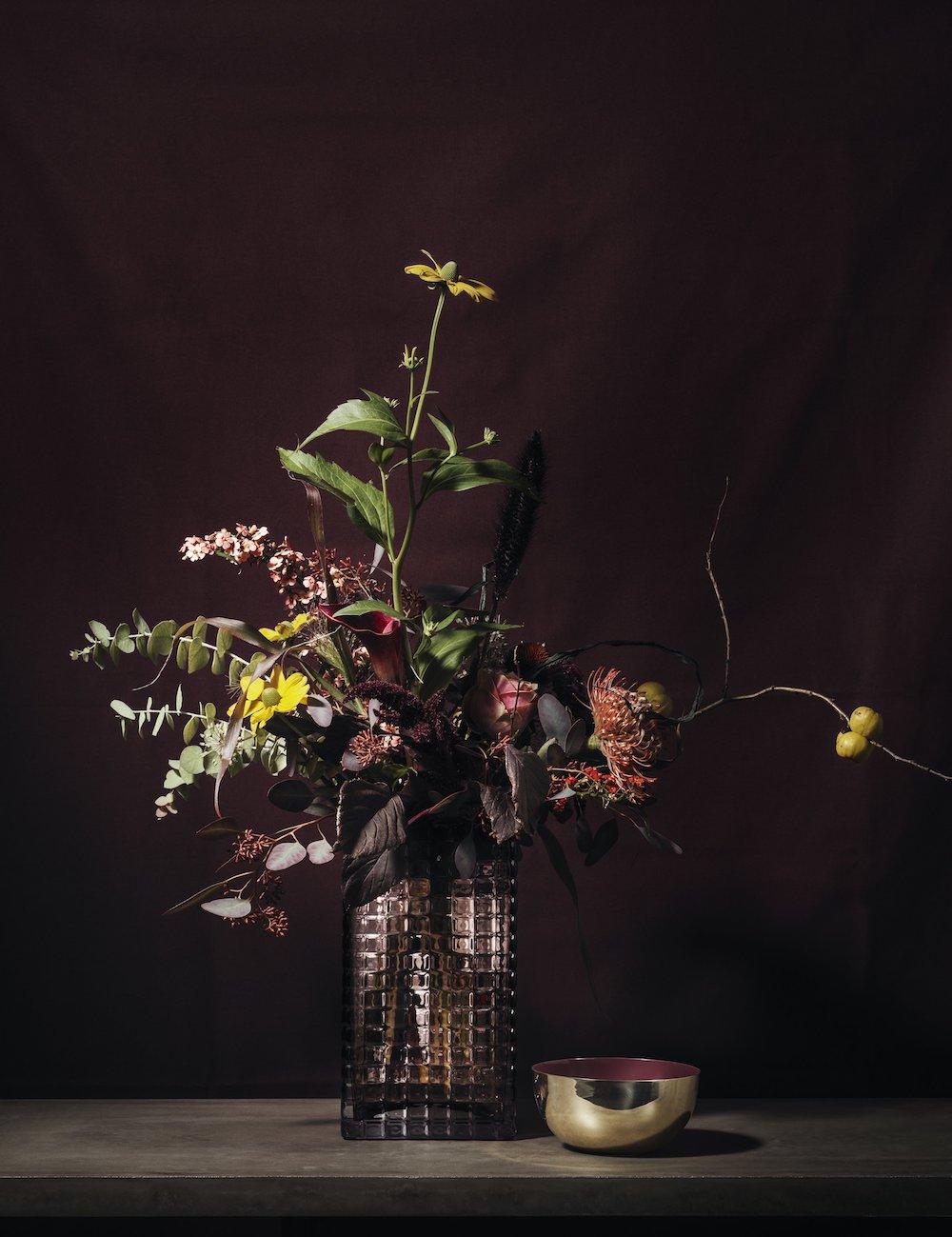 Bouquet aux teintes sombres dans un vase de Louise Roe