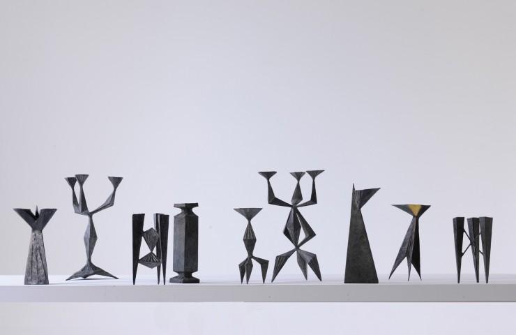 Chandelier et bougeoirs, objets en bronze, artiste Lynn Chadwick, Galerie Willer