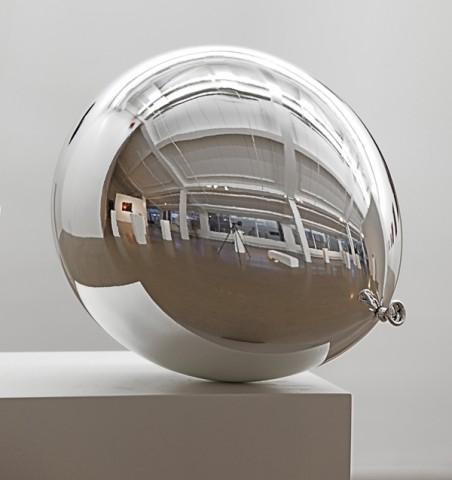 "Ballon ""Dunkelheit VI"" en fibre de verre,  Jiri Gelller"