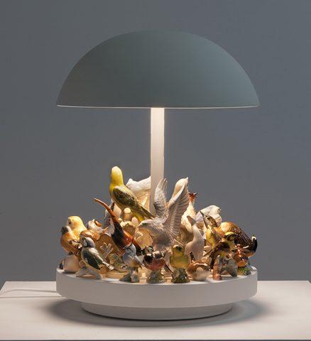 Lampe Island, corian, métal et figurines d'oiseaux en céramique, design Stuart Haygarth, Carpenters Workshop Gallery