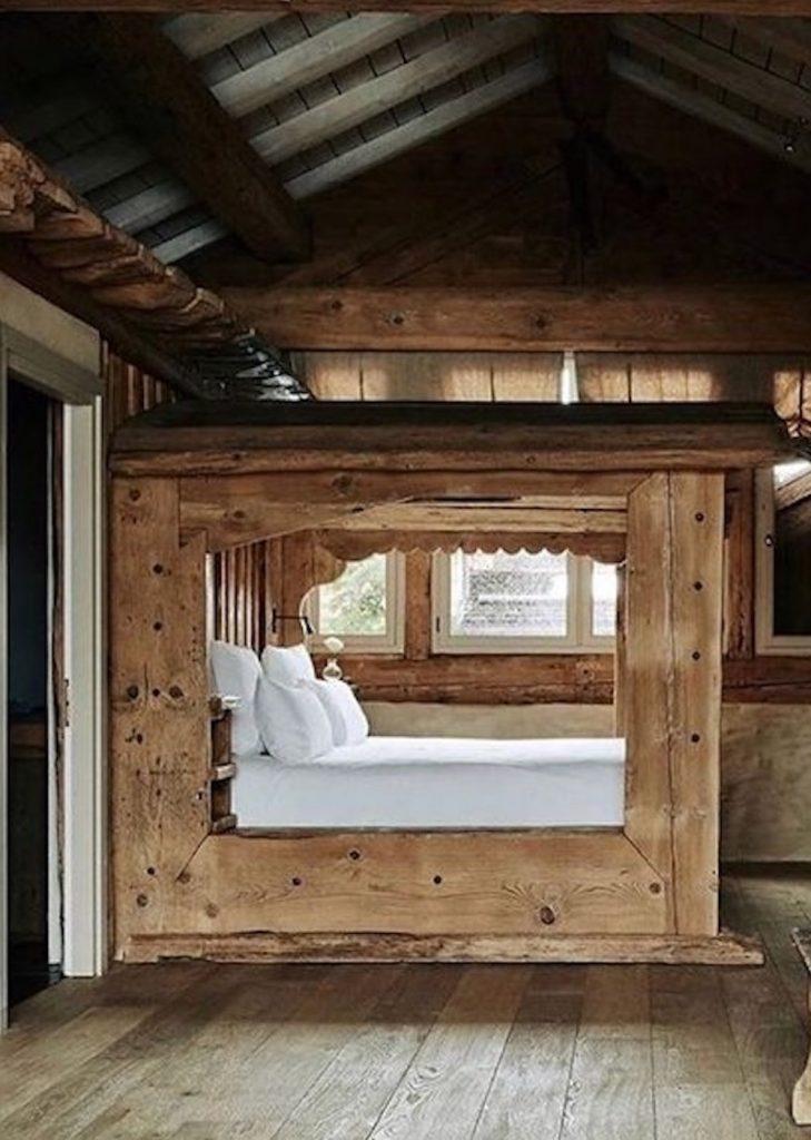Le châlet Zannier à Megève et son lit rustique en bois.