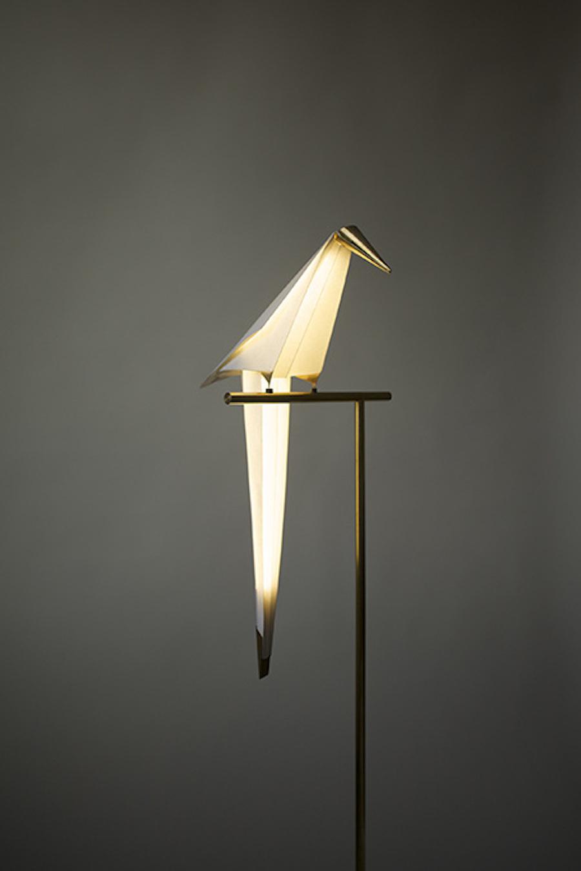Luminaire Perch Light, papier, laiton, acier plaqué or, liège design Umut Yamac pour Moooi photo Tom Gildon