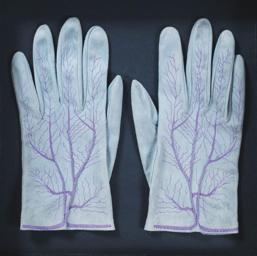 Meret Oppenheim, Gants (paire) : Handschuhe (Paar), 1985 (1942-45). Daim de chèvre sérigraphié ; 150 ex. + 12 H.C. ; édition Parkett n° 4 ; 22 x 8,5 cm. Courtesy Galerie Levy, Hambourg. Photo : Dirk Masbaum. © Adagp Paris, 2014.