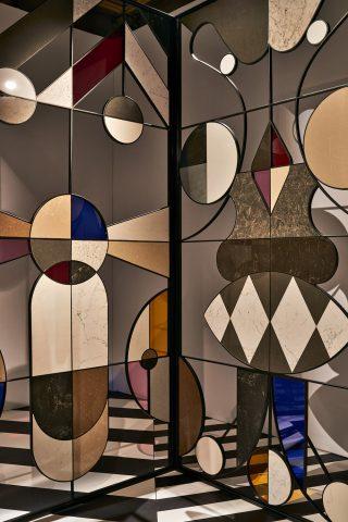 Panneaux façon vitrail réalisés avec 40 matériaux différents Stone Age Folk par Jaime Hayon Image pour Caesarstone photo Tom Mannion