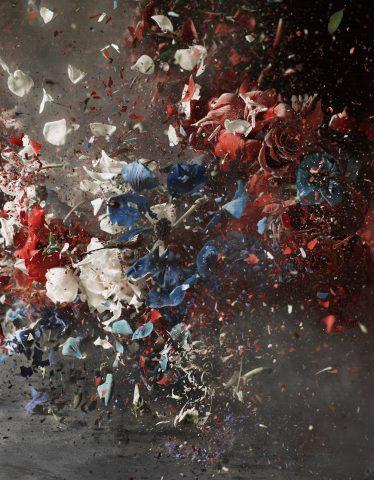 """Photographe et vidéaste, Ori Gersht qui a réalisé cette série """" Blow Up""""  un bouquet en explosion."""
