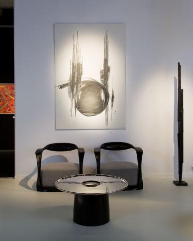 Stand de la galerie Dutko Fauteuils Carol Egan, table Éric Schmitt