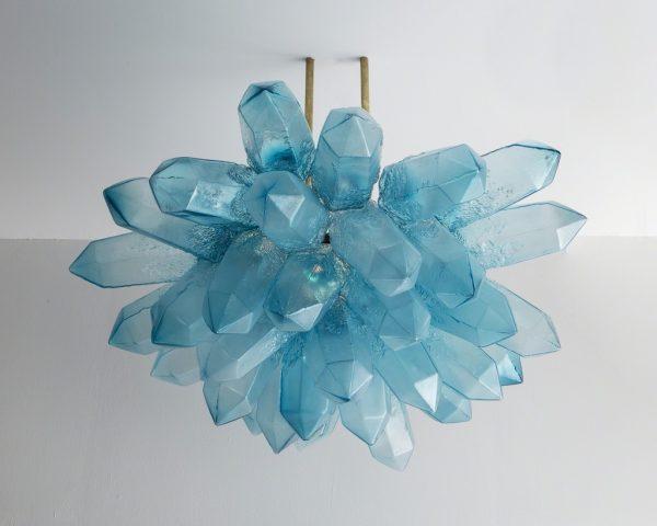 Suspension lumineuse en cristal verre bleu soufflé bouche design Jeff Zimmerman pour R&Compagny