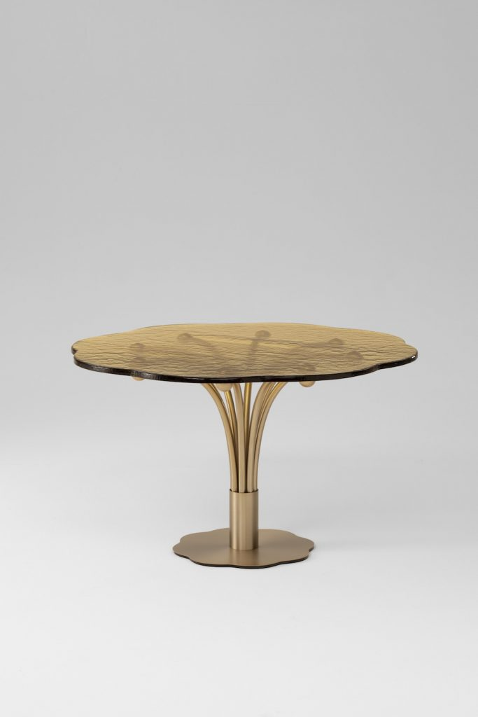 Table Pistil en laiton et verre india mahdavi pour Wonderglass