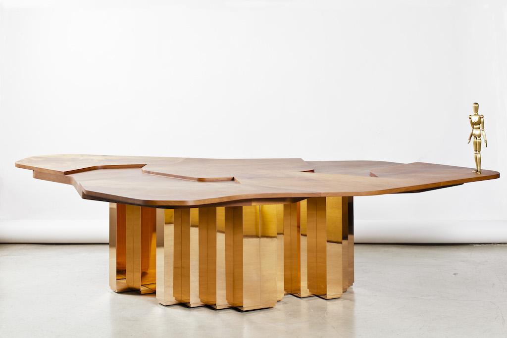 Terra Continens design Karen Chekerdjian table bois massif, acajou et laiton miroir Carwan Gallery